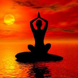 йог смотрит на закатное солнце